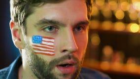 Американский вентилятор делая жест facepalm, осадил о любимой безнадежной игре команды акции видеоматериалы