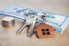 Недвижимость инвестируя концепцию Американский доллар, наличные деньги Конец-вверх ключей стоковая фотография rf