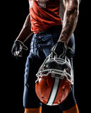 Американский изолированный футболист в черноте стоковое фото