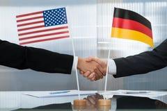 Американский и немецкий бизнесмен тряся руки Стоковые Изображения RF