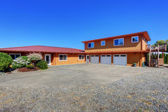 Американский дом портового района, оранжевая фасадная краска и 3 космоса гаража Стоковая Фотография