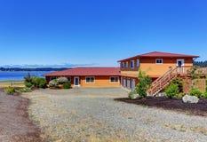 Американский дом портового района, оранжевая фасадная краска и 3 космоса гаража Стоковое Изображение RF