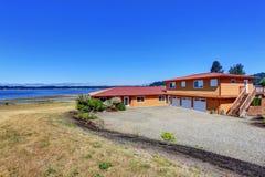 Американский дом портового района, оранжевая фасадная краска и 3 космоса гаража Стоковое Фото