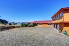 Американский дом портового района, оранжевая фасадная краска и 3 космоса гаража Стоковые Фото