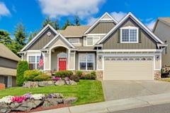 Американский дом с красивым ландшафтом и яркими цветками Стоковые Фото