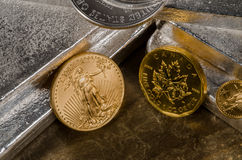 Американский орел золота против Канадский клен золота Стоковая Фотография RF