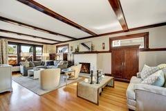 Американский роскошный интерьер живущей комнаты в серых и коричневых тонах Стоковая Фотография