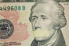 Американский руководитель Александр Гамильтон с ртом крепить банкнота 10 долларов США Стоковая Фотография