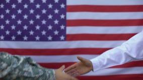 Американский солдат и гражданский человек тряся руки, сотрудничество правительства, поддержку сток-видео