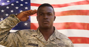 Американский солдат делает салют к камере сток-видео