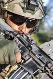 Американский солдат направляя его винтовку стоковое изображение rf