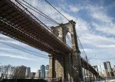 Американский флаг в дисплее на Бруклинском мосте стоковое фото