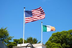 Американский флаг и ирландская сторона летания флага - - сторона стоковое фото