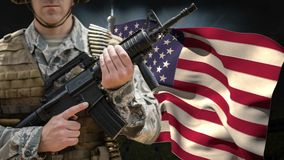 Американский флаг и солдат с оружием сток-видео