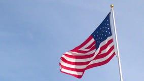 Американский флаг над ясным небом видеоматериал