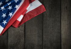 Американский флаг на деревянной предпосылке для Дня памяти погибших в войнах или 4-ого из июля стоковое изображение rf