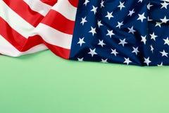 Американский флаг на зеленом взгляде сверху предпосылки стоковое фото