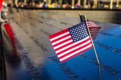Американский флаг на национальном мемориале 11-ое сентября, Нью-Йорк стоковые фотографии rf