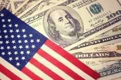 Американский флаг на 100 предпосылках долларовой банкноты Год сбора винограда, ретро взгляд Деньги, предпосылка наличных денег пр Стоковое фото RF