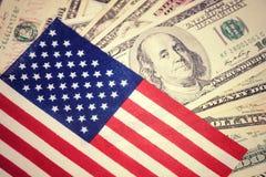 Американский флаг на 100 предпосылках долларовой банкноты Деньги, предпосылка наличных денег принципиальная схема финансовохозяйс Стоковое Изображение RF