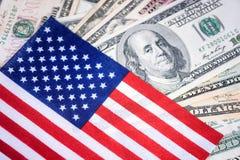 Американский флаг на 100 предпосылках долларовой банкноты Деньги, предпосылка наличных денег принципиальная схема финансовохозяйс Стоковая Фотография