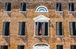 Американский флаг на старом кирпичном здании стоковые изображения rf
