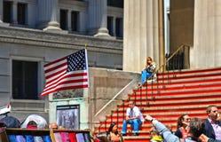 Американский флаг перед федеральным Hall с людьми сидя на красных лестницах на фронте, Уолл-Стрите, Манхэттене, Нью-Йорке стоковые фотографии rf