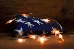 Американский флаг с гирляндой на деревянной предпосылке на День памят стоковая фотография rf