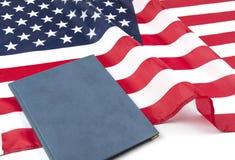 Американский флаг с конституцией или библией США стоковые изображения