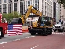 Американский флаг, Backhoe, строительное оборудование, парад Дня Трудаа Нью-Йорка, NYC, NY, США стоковое фото