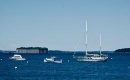 Американский форт моря гражданской войны за 3 белыми шлюпками Стоковая Фотография
