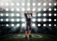 Американский футболист в действии стоковые изображения