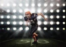 Американский футболист в действии стоковое изображение rf