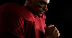 Американский футболист обхватывая руки 4k видеоматериал