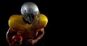 Американский футболист полагаясь переднее удерживание шарик 4k видеоматериал