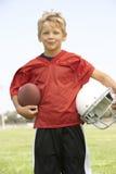американский футбол мальчика играя детенышей Стоковые Фотографии RF
