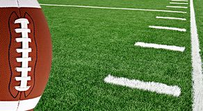Американский футбол на арене около линии разметки поля 50 стоковые фотографии rf