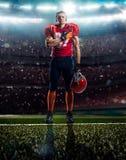 Американский футболист в действии стоковое изображение