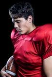 Американский футболист держа шарик пока глаза закрыли Стоковые Фото