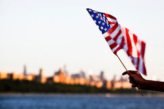 Американский флаг во время Дня независимости на Гудзоне с взглядом на Манхаттане - Нью-Йорке (NYC) Стоковая Фотография RF