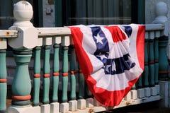Американский флаг задрапировал над перилами дома страны Стоковая Фотография RF