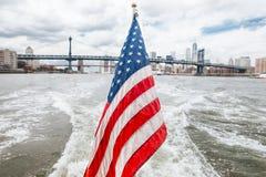Американский флаг и Бруклинский мост - Нью-Йорк Стоковые Изображения RF