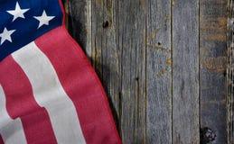 Американский флаг на деревенской древесине Стоковая Фотография RF