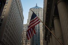 Американский флаг на улице Lasalle стоковая фотография