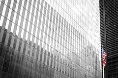 Американский флаг перед стеной черно-белого здания стеклянной, Стоковое фото RF