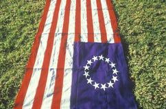 Американский флаг при 13 звезды положенной вне на зеленую лужайку, Соединенные Штаты Стоковая Фотография