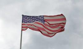 Американский флаг развевая против облачного неба Стоковая Фотография RF