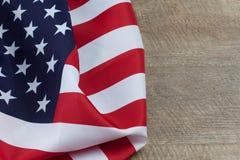 Американский флаг складывает на деревянном столе с космосом экземпляра Стоковое Изображение RF