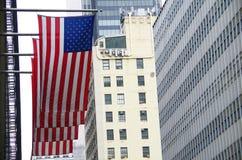 Американский флаг с предпосылкой nyc Стоковое Изображение RF