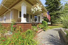 Американский экстерьер дома мастера Уютное крытое крыльцо с белыми столбцами Стоковые Изображения